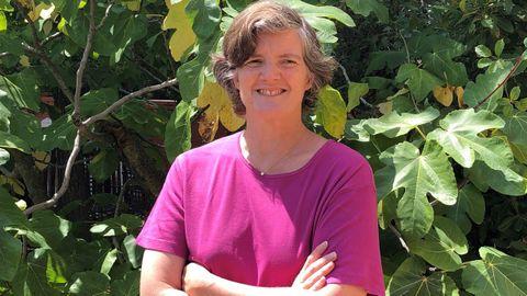 Katia Hueso, cofundadora de la primera escuela al aire libre de España, Saltamontes, publica «Educar en la naturaleza: mejores personas para un planeta mejor»