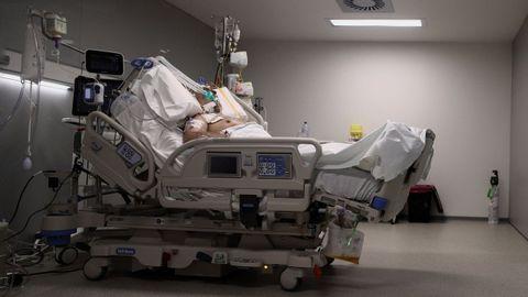 Un enfermo en una cama de la uci del Hospital de Emergencias Isabel Zendal