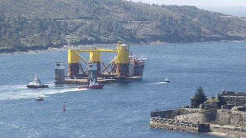 Estructura para un parque eólico de Iberdrola construida en Navantia saliendo de la ría de Ferrol