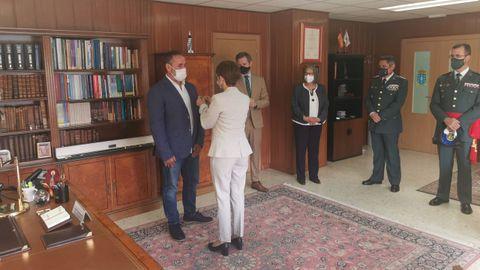 Momento en el que la directora de la Guardia Civil condecora al pescador de Porto do Son Rogelio Santos Queiruga