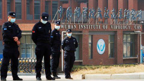Personal de seguridad delante del Instituto de Virología en Wuhan, China, en una imagen de febrero del 2021