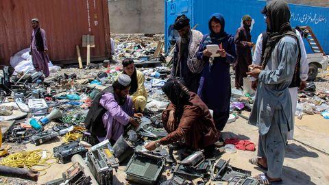 Comerciantes de chatarra compran equipos desechados por las tropas de EE.UU. y la OTAN en su retirada de Kandahar, en el sur de Afganistán.