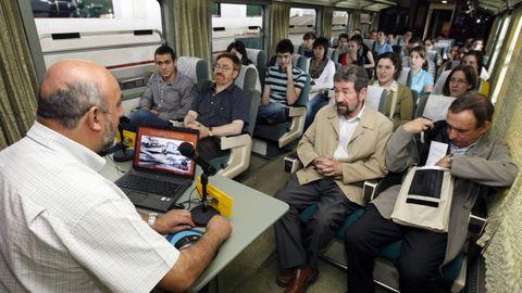 Participantes en un curso de verano de la USC en el 2009 en un vagón del Museo do Ferrocarril de Monforte