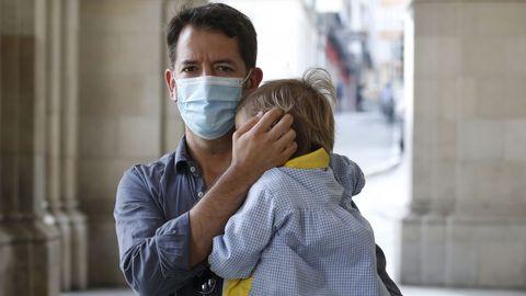 Ángel Cerqueiro y su hijo, de dos años, que no pudo viajar con su madre a Eslovenia por un error en la normativa anticovid