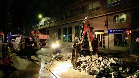 Trabajos de reparación de la avería, esta última madrugada, en la calle San Pedro