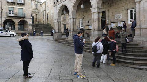 Colas en la Praza Maior para hacer trámites en el Concello de Ourense