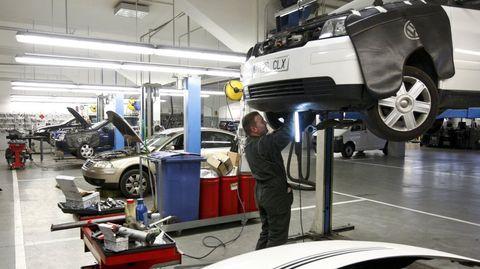 Trabajador de un taller de vehículos