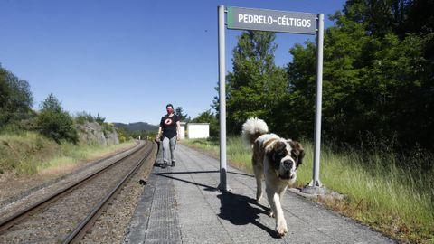 Uxía Garelo en la estación de Céltigos, la única que se salva entre Monforte y Sarria