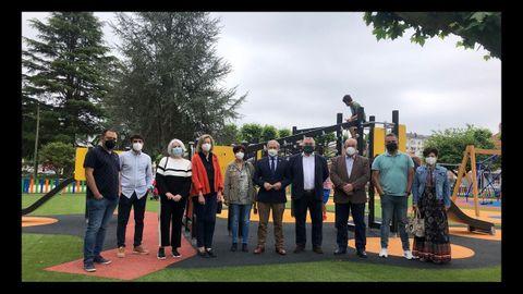 El alcalde, en el centro, y varios concejales del equipo de gobierno inauguraron el parque