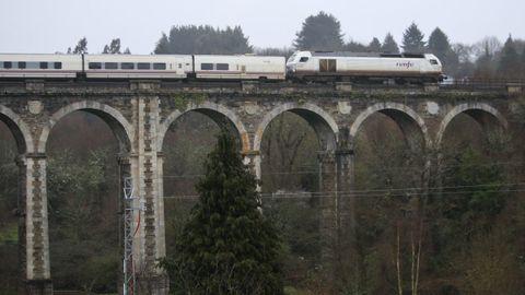 Imagen de un trenhotel pasando por el viaducto de A Chanca, en Lugo