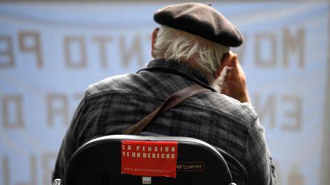 Un jubilado participa en la manifestación en defensa de las pensiones en Gijón