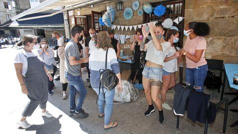 Celebración autorizada de diez personas en la terraza de un restaurante de la zona vieja de Pontevedra para celebrar un nacimiento
