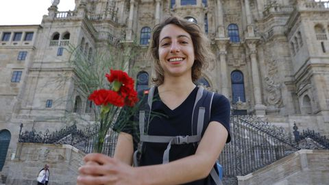 Inés, una joven compostelana que hizo el Camino desde Sarria, llegó este domingo al Obradoiro