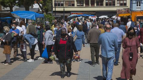 Este domingo de feirón en Carballo fue bastante concurrido tanto en el mercado como en las terrazas