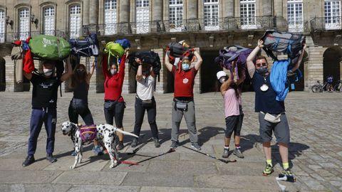 Un grupo de madrileños y portugueses, que se conocieron haciendo el Camino Portugués, acompañados por un dálmata