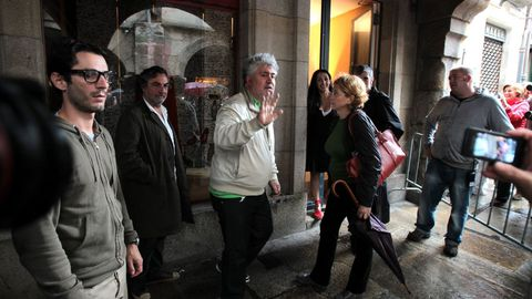Pedro Almodóvar dirixindo a rodaxe de «La piel que habito», na rúa do Vilar, no 2010