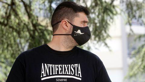 Un mozo porta unha máscara coa caricatura de Castelao e unha camisola antifeixista durante a manifestación do 1º de Maio en Vilagarcía. 01/05/2021