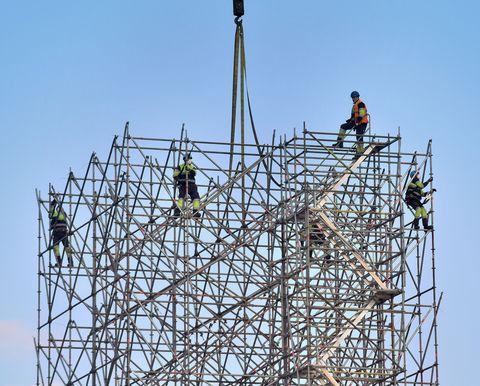 Traballadores de Navantia Fene na construción de jackets para o parque eólico marino que a compaña Iberdrola montará en Francia. 04/05/2021