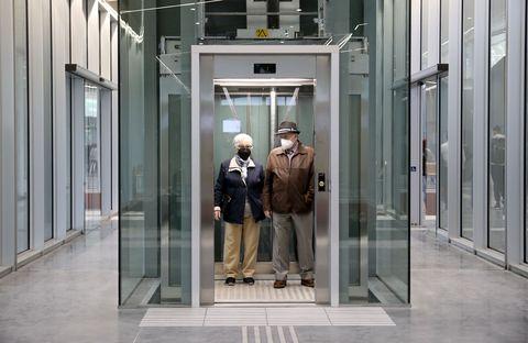 Unha parella percorre as modernas instalacións da nova estación de autobuses de Santiago de Compostela durante o segudo día de funcionamento. 23/05/2021