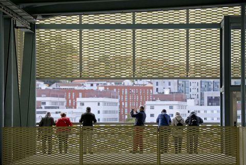 Un grupo de persoas asómanse a un dos miradores da nova estación de autobuses de Santiago de Compostela. 22/05/2021