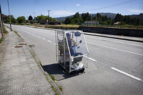 Manuel Pereira de 93 anos, deseña e constrúe unha estrutura impermeable para a súa moto en Barro. 29/05/2021