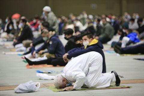 Membros da comunidade musulmana de Lugo reúnese o último día do ramadán no Pazo de Feiras e Congresos, para o rezo do  aid al fitr  ou festa de fin de xaxún. 13/05/2021