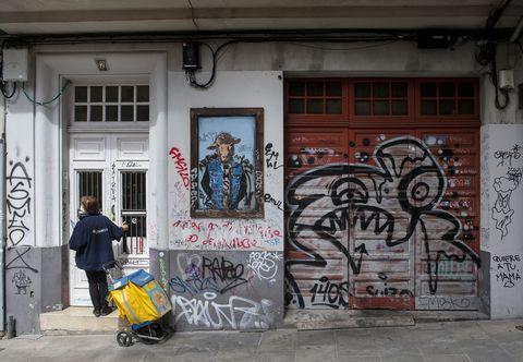 Rúa Mariñas. Un estudo reciente cifrou en 1.600  incidencias , que é así como na linguaxe técnica se califican os grafitis. 10/05/2021