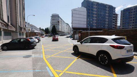 El coche blanco viene de Cidade de Vigo, que cambia su dirección hacia la Praza da Constitución