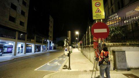 Instalación anoche de la señal de dirección prohibida para cortar el trafico en A Mosqueira