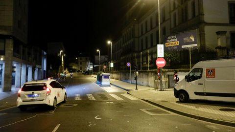 Instalación anoche de la señal de dirección prohibida para cortar el tráfico en A Mosqueira