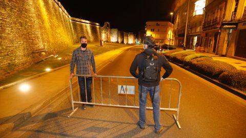 El teniente de alcalde, Rubén Arroxo, instalando la valla para cortar el tráfico