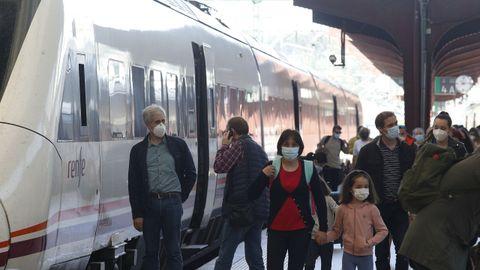 Viajeros procedentes de Santiago en la estación de San Cristóbal, en A Coruña