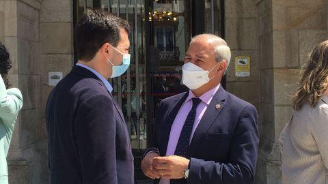 Gonzalo Caballero y José Tomé, frente a la Diputación de Lugo