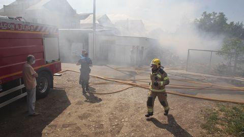El incendio afectó solo al almacén de leña, pero provocó una intensa humareda