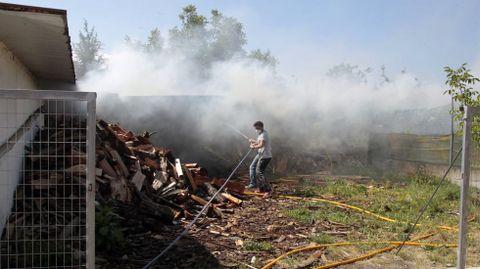 Algunos vecinos intentaron apagar el fuego con mangueras antes de que llegasen los bomberos