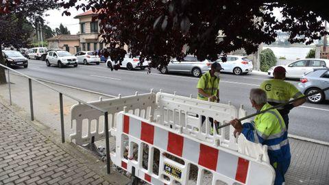 Los operarios municipales preparan el nuevo corte, previsto para este jueves, en el vial lento en sentido a A Coruña