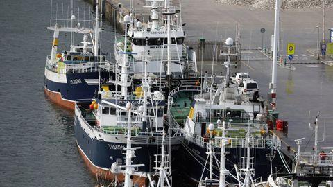 A la izquierda, en primera línea, el Punta Candieira, atracado en Celeiro, en una foto de archivo