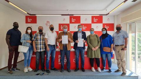 El PSOE presentó la moción junto a colectivos de emigrantes en Ourense