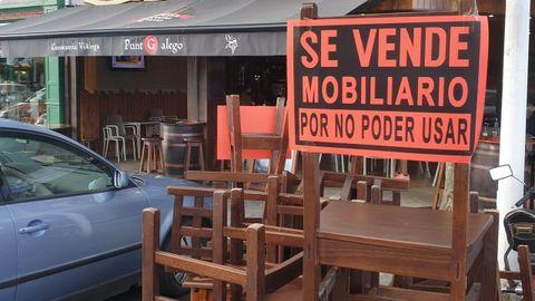 Hosteleros de Viveiro apilan este jueves mobiliario en las aceras en una nueva acción de protesta
