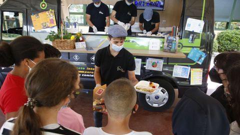 Un alumno del CIFP Carlos Oroza mostrando a varios estudiantes del CEIP Carballedo el menú saludable que ayer elaboraron para ellos