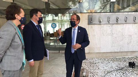 La directora xeral de Patrimonio, María Carmen Martínez Insua, el conselleiro de Cultura, Román Rodríguez, y el embajador de España ante la Unesco, Andrés Perelló, este jueves en París