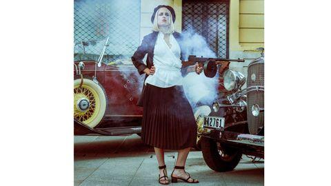 ESCOTE DE PICO Y FALDA PLISADA: En este look destaca la chaqueta de la firma gallega Alazia, realizada con tintes naturales, y el cinturón colgado, a juego con el color de la falda plisada de Mariña Riveiro. Un diseño muy actual para una Bonnie moderna, que en lugar de la clásica camisa lleva una blanca de hilo de corte cruzado, con volante, de la marca Paülas.