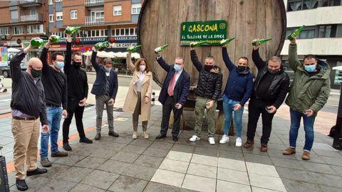 Escanciado de sidra en Gascona con motivo de la celebración del Día internacional de la Sidra