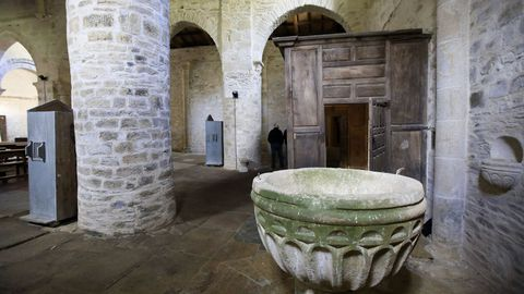 Interior de la iglesia de Penamaior, con la pila bautismal