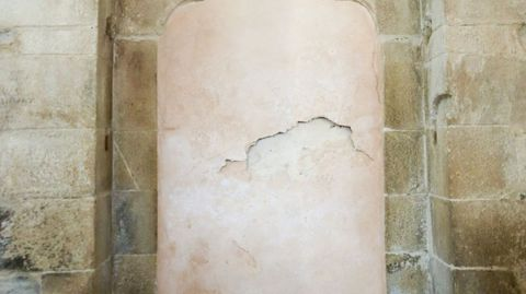 Interior de la iglesia de Penamaior, puerta tapiada que daba al convento