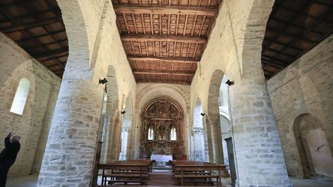 Interior de la iglesia de Penamaior, con tres naves y hermoso artesonado