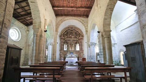 Interior de la iglesia de Penamaior, con tres naves