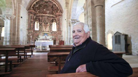 Interior de la iglesia de Penamaior, con el párroco, Gonzalo García