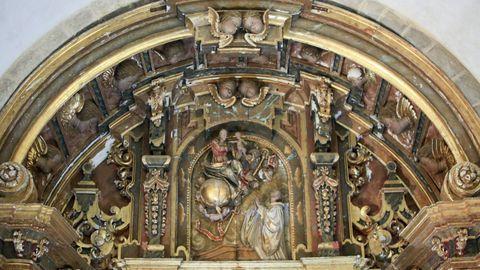 Interior de la iglesia de Penamaior, con detalle del retablo barroco