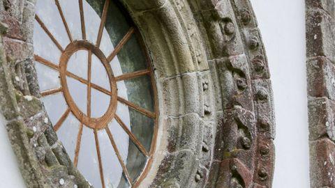 Exterior de la iglesia de Penamaior, con el rosetón en un lateral